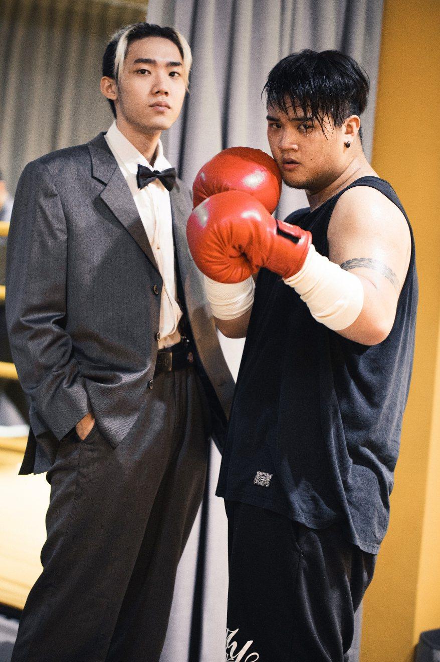 水神(左)、史蒂芬推出新歌「不自在」。圖/混血兒娛樂提供
