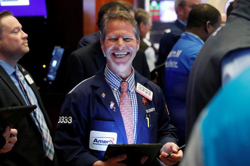 美股三大指數20日全面開高,道瓊工業指數開盤便漲約320點或1.3%,一改昨日收跌的走勢。國際油價則連續五日上漲。圖/路透