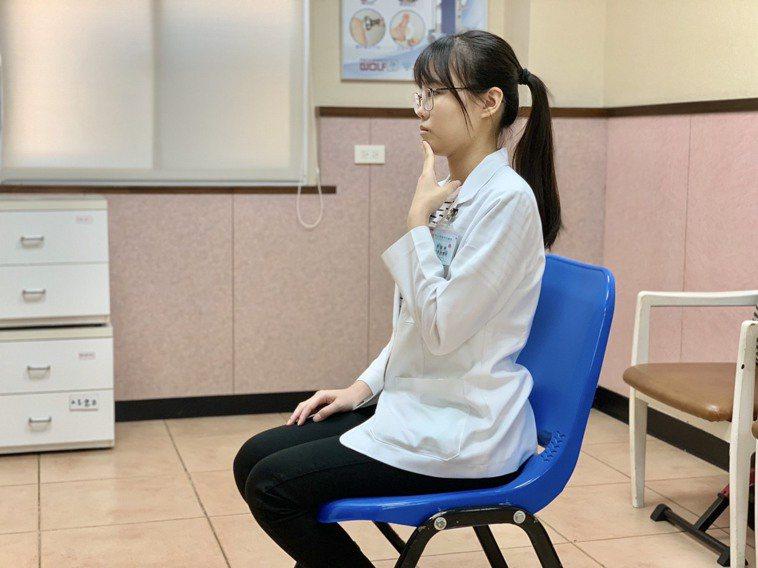 改善肩頸痠痛的運動,第一招「收下巴運動,坐椅子上,將整個頭往後平移,這樣的姿勢維...