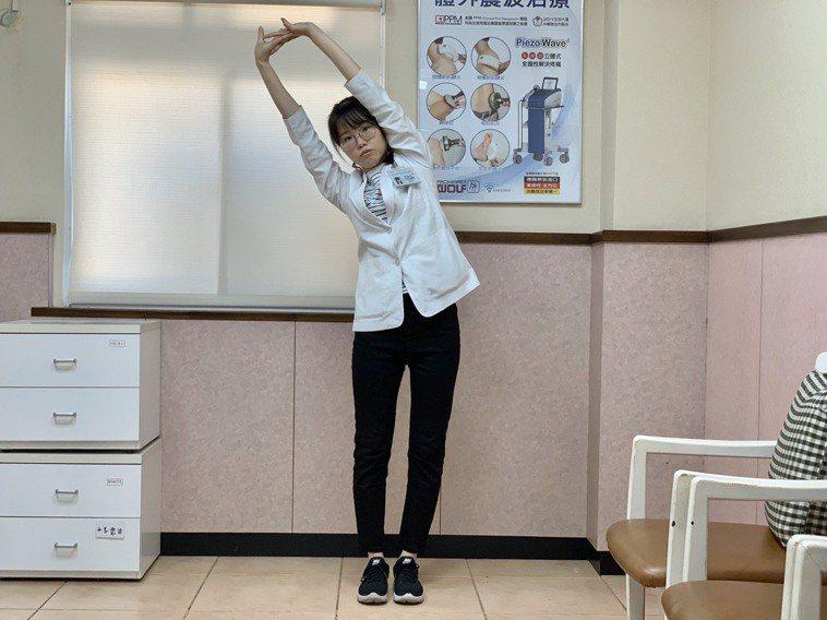 改善肩頸痠痛第三招為「體側伸展運動」,將雙腳打開與肩同寬,雙手十指交叉,雙手伸直...