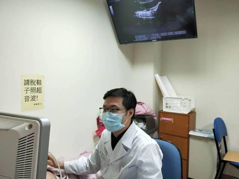 台大醫院新竹分院婦產部林明緯醫師正在為妊娠婦女進行產前檢查。圖/台大醫院新竹分院...