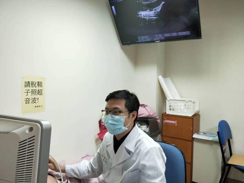 台大醫院新竹分院婦產部林明緯醫師正在為妊娠婦女進行產前檢查。圖/台大醫院新竹分院提供