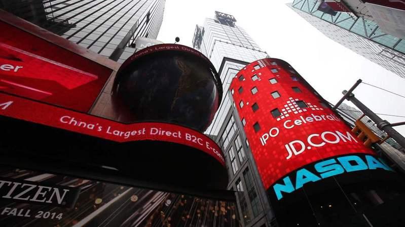 路透引述消息人士稱,那斯達克將公布對首次公開發行(IPO)的新限制,提高陸企在美上市難度。圖為2014年大陸京東集團在那斯達克證券交易所上市。照片/騰訊網