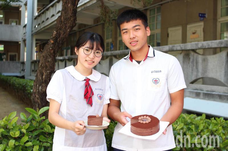 台南市長榮女中餐飲科三年級學生王昱婕(左),與同學張羿棠努力學習蛋糕製作,追尋人生目標。記者鄭惠仁/攝影