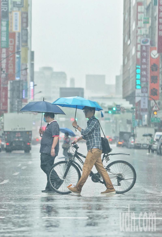 中央氣象局今天說,東北風影響,易有短時強降雨,宜蘭縣已有局部大豪雨發生,新北市山區有局部豪雨;桃園至台南、東南部(含綠島、蘭嶼)及恆春半島沿海空曠等地提防強陣風。報系資料照/記者曾原信攝影