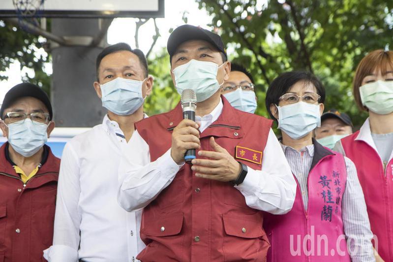 新北市長侯友宜(中)今再表示,第一線的同仁的壓力非常的沉重,他是來解決第一線同仁沉重的壓力。記者王敏旭/攝影