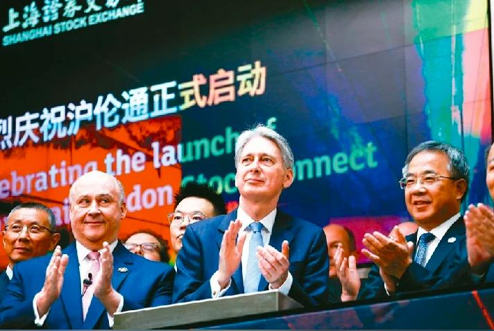 去年6月,英國財政大臣韓蒙德(前中)和大陸副總理胡春華(右)十七日在倫敦證交所出席「滬倫通」啟動儀式。照片/路透