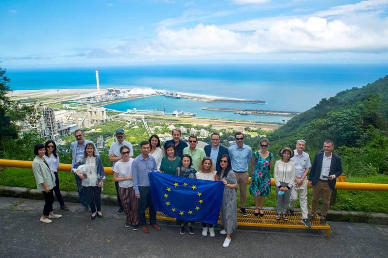 歐洲駐台代表一行人近日參訪台泥和平廠,對「港電廠三合一」循環經濟的運作,以及和平村的美麗山海風光印象深刻。圖/台泥提供