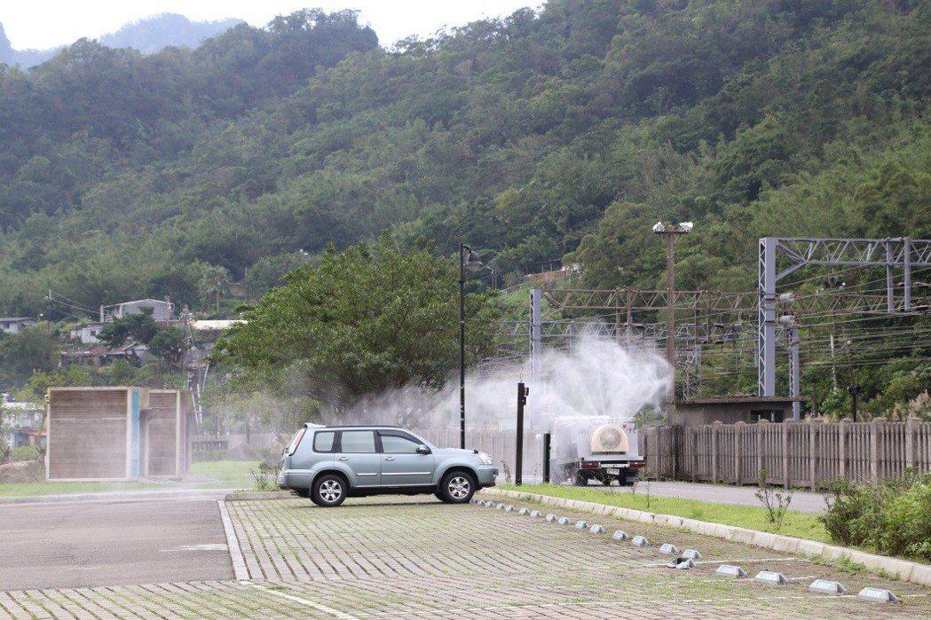 動保處在猴硐貓村停車場消毒。圖/新北市動保處提供