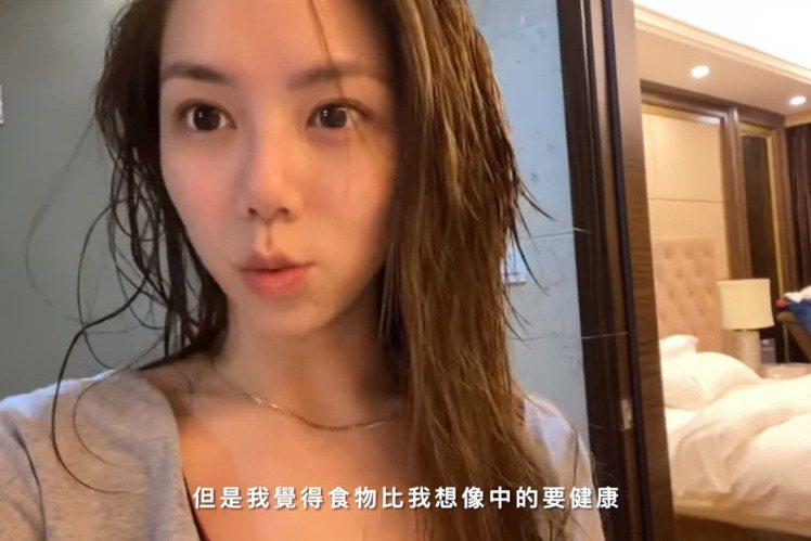 鄧紫棋日前從香港飛往上海,期間有造型師男友馬克作伴,目前處於隔離階段,她記錄過程拍成Vlog在YouTube分享,包含吃隔離餐、消毒房間和淋浴完的溼髮模樣一概曝光,由於幾近素顏,粉絲狂讚「好美」,她...