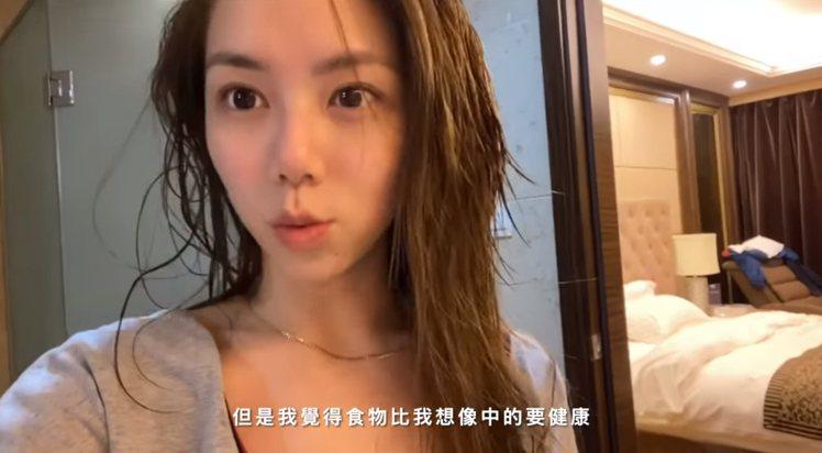 鄧紫棋在影片中曝光剛淋浴完的溼髮素顏模樣。圖/摘自YouTube