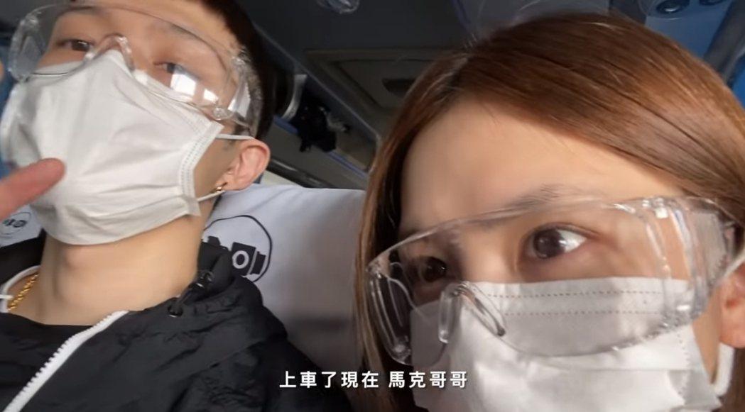 鄧紫棋(右)在男友馬克陪伴下飛往上海。圖/摘自YouTube
