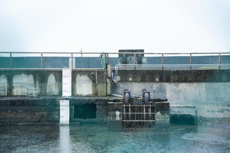 新竹市長林智堅今前往南寮抽水站及南寮漁港滯洪池了解防汛準備工作。圖/新竹市政府提供