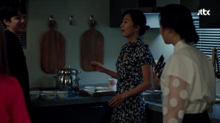 演出年度熱門韓劇《夫妻的世界》的金喜愛舉手投足都是焦點。圖/JTBC