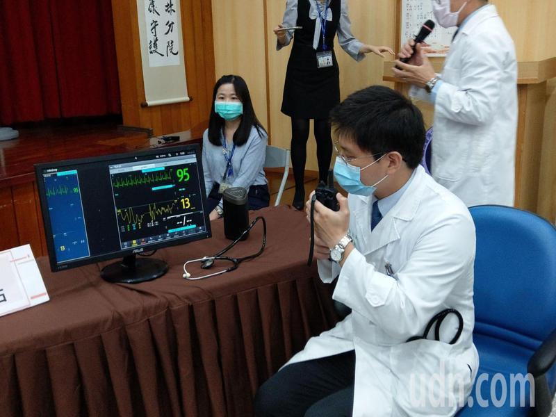 數位醫療加上智慧電子聽診器,讓醫師可遠距隔空聽診,降低第一線醫護的感染風險也縮短診斷時間。記者陳苡葳/攝影