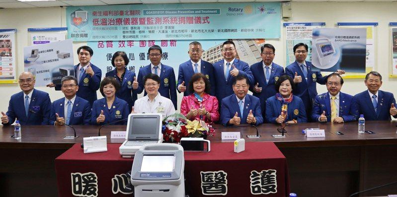 樹林芳園扶輪社集結3國10社資源,捐百萬低溫治療儀給臺北醫院。圖 / 臺北醫院提供