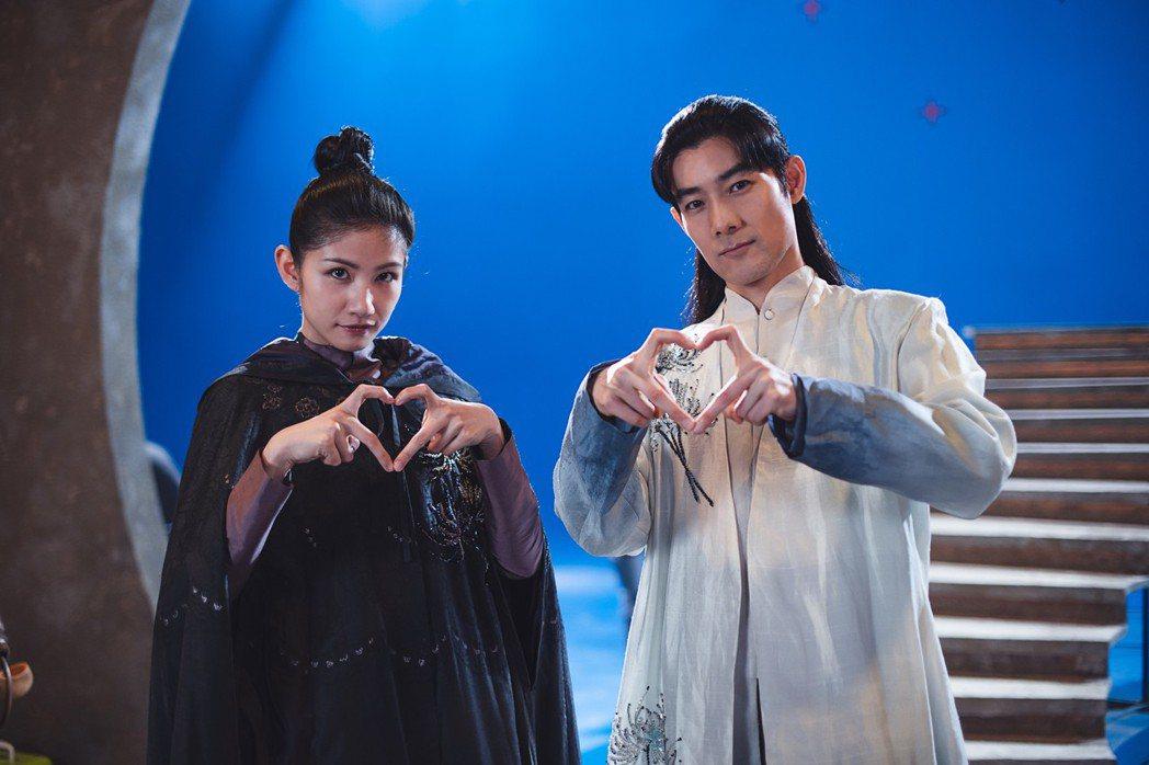 李千那(左)、施易男演出「孟婆客棧」第一單元「山伯英台」。圖/民視提供