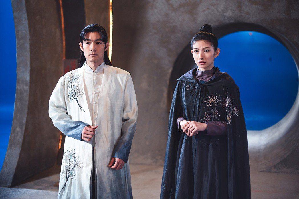 李千那(右)、施易男演出「孟婆客棧」第一單元「山伯英台」。圖/民視提供