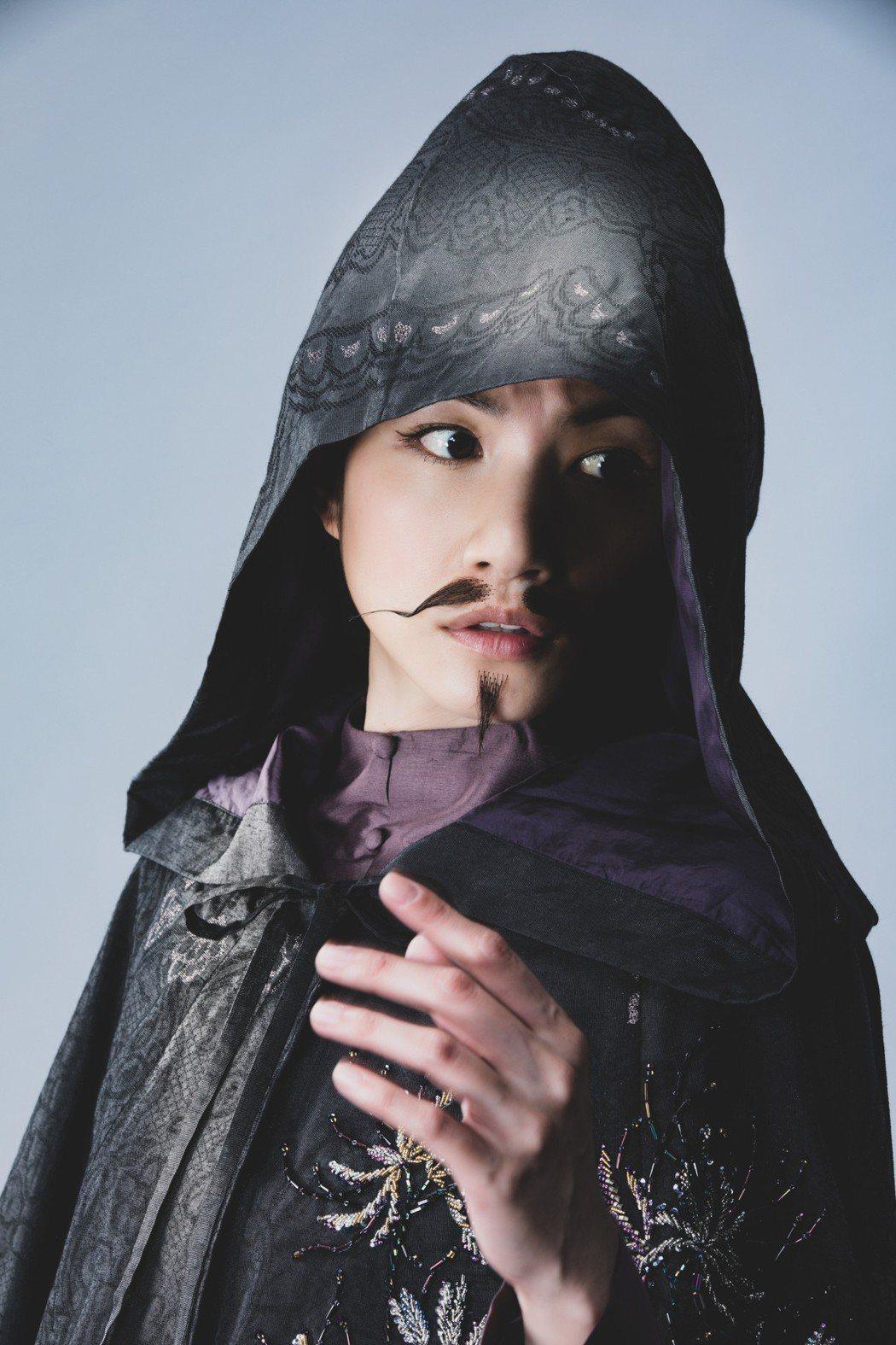 李千那貼上鬍子詮釋「英台」女扮男裝。圖/民視提供