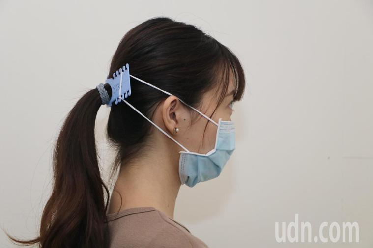 成大Maker Factory創客工廠蒐集國外「口罩減壓墊」的設計加以改良,以3...