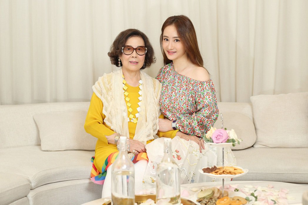 陳德容(右)的美貌遺傳自母親,母親節她特別送母親保養療程。圖/展慧創意提供
