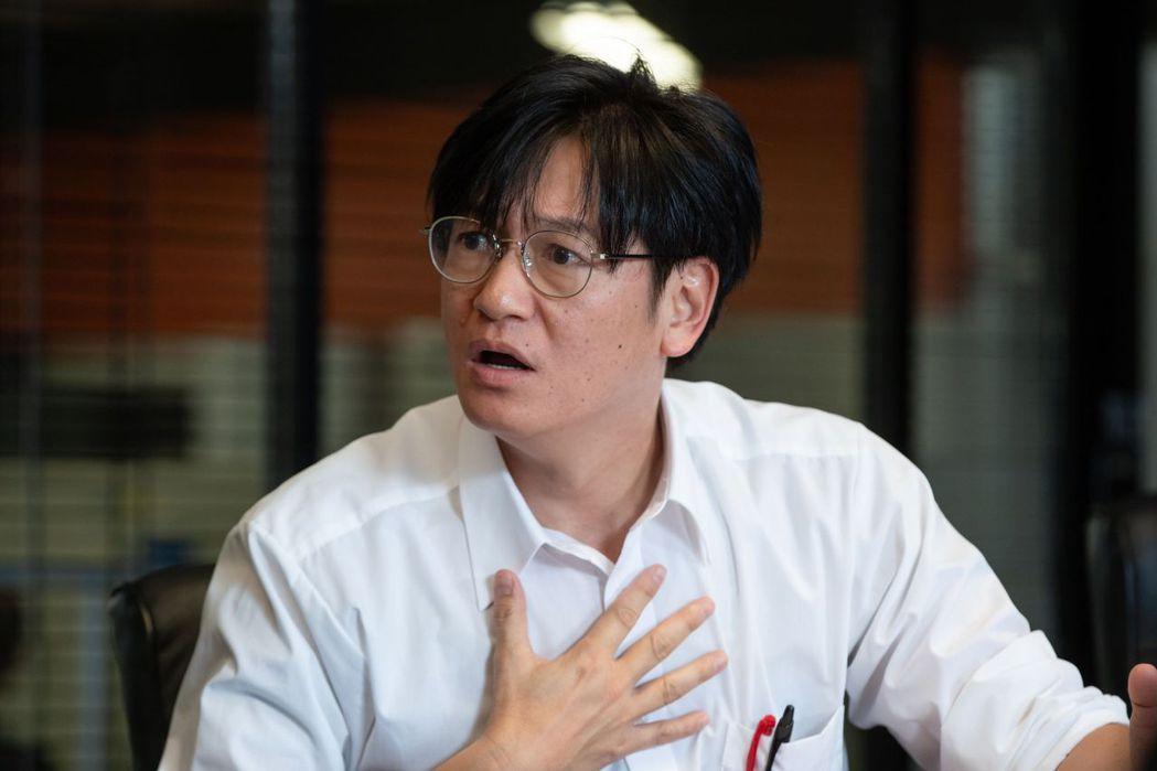 井浦新飾演外派來台灣建設高鐵的「安西誠」。圖/公視提供