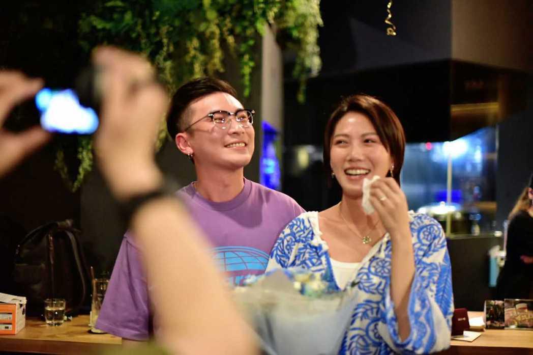 大牙(右)被男友求婚成功。圖/傳軒經紀公司提供