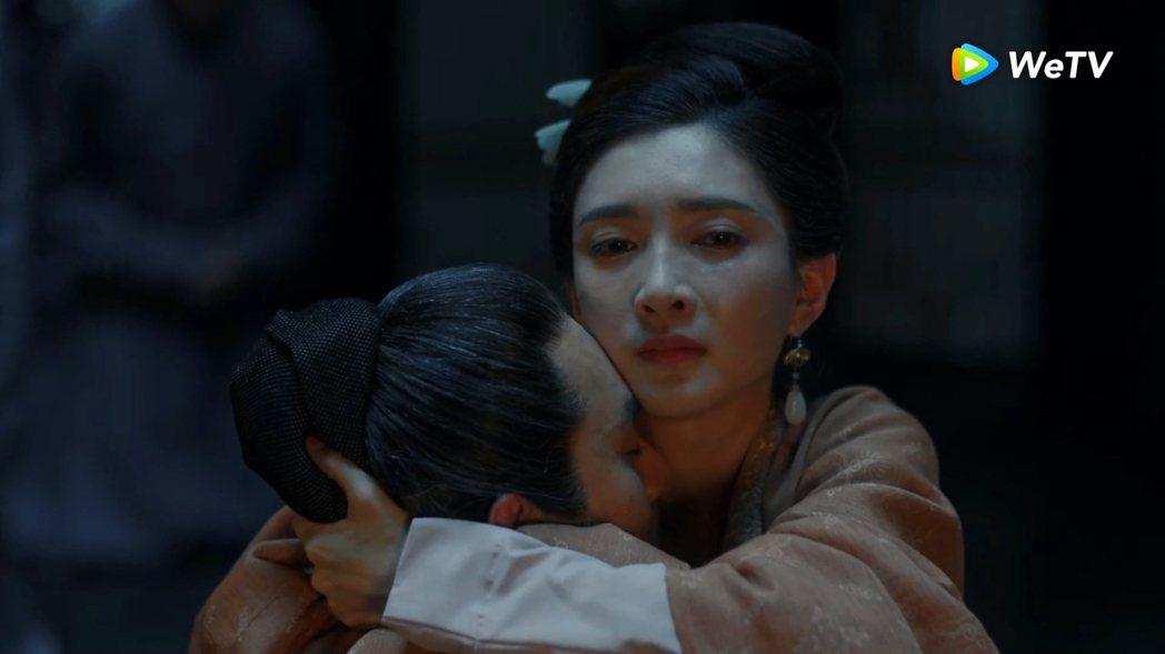 王凱(左)在「清平樂」中躺在江疏影懷裡離去。圖/WeTV提供