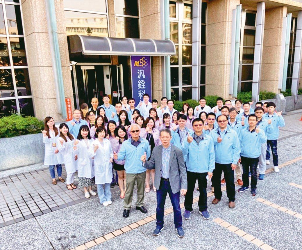 董事長柳紀綸(前排)帶領團隊,使汎銓科技在半導體鏈占有重要的一席之地。汎銓/提供