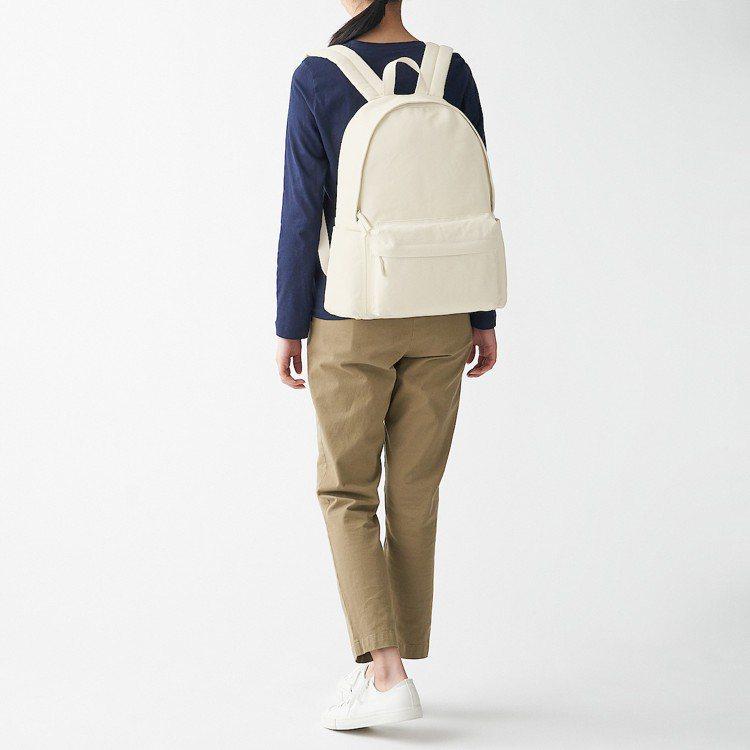 撥水加工棉質後背包原價1,490元,現折300元。圖/無印良品提供