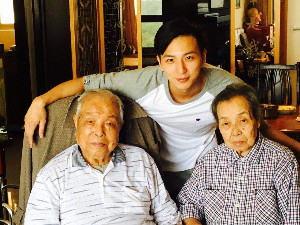 小煜(後)很遺憾沒能讓奶奶(前排右)在世時看到自己結婚,前排左為101歲的爺爺。