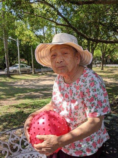 積極幫媽媽補充高鈣,每天都到戶外走一走、曬太陽。圖╱王丹尼提供