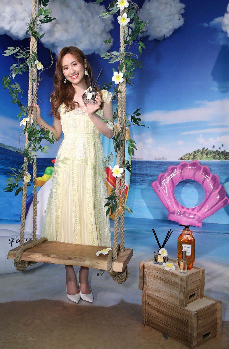 聊起今夏最時尚的香氛話題,女星吳姍儒表示近來愛上了「雞蛋花」香氣,因為讓人彷彿置身異國,就算現在不能出國旅遊,待在家裡,也可以感受到海島度假般的氛圍。 圖/Farcent提供