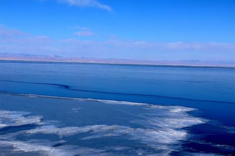 青海湖水體面積和平均水位達2005年以來最大值 圖為2018年1月11日航拍青海湖。(中新社)
