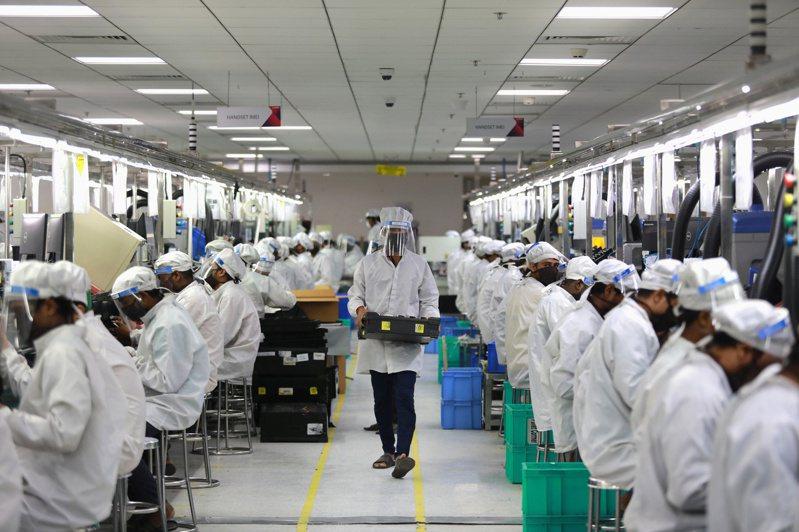 印度北方邦諾伊達工業區一間手機組裝廠員工12日正在作業。供應鏈重新配置並非易事,生產線無法說搬就搬。 路透