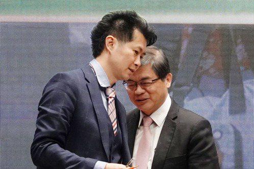 行政院秘書長李孟諺(右)主持人事發布記者會,發言人一職由丁怡銘(左)接任。記者邱德祥/攝影