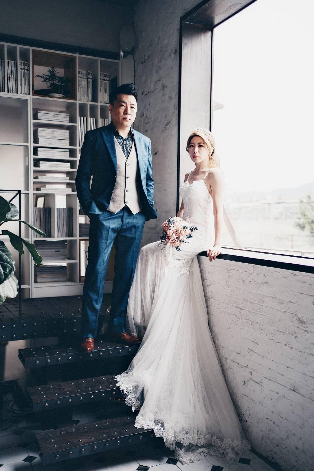 「董事長樂團」鼓手金剛(左)和老婆Koko交往3年,決定互許終身。圖/獨一無二娛