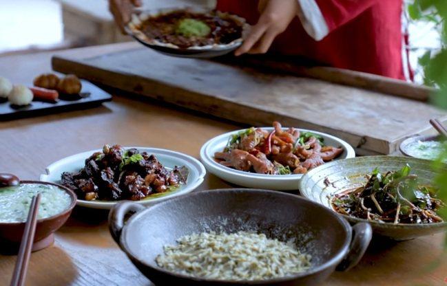 李子柒的影片很樸實,有時候就是好好煮頓飯。 圖/翻攝自YouTube