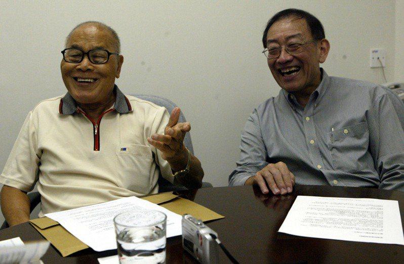 香港政壇長青樹鍾士元(左)和李鵬飛(右)在香港回歸十周年之際,接受中新社獨家專訪。(中新社資料照片)