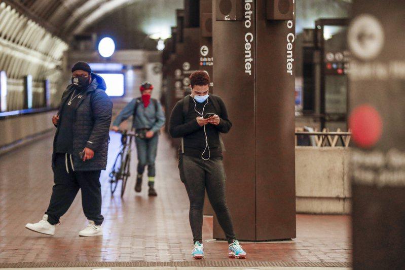 聯邦疾病防治中心(CDC)計畫推行一項全國性實驗,募集多達32萬5000人的血液樣本,追蹤新冠病毒未來在國內擴散的情況。圖為民眾戴著口罩等待搭乘地鐵。 歐新社