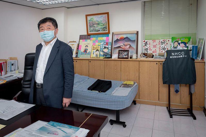 指揮中心內,阿中部長的「小窩」曝光。 圖/總統蔡英文臉書