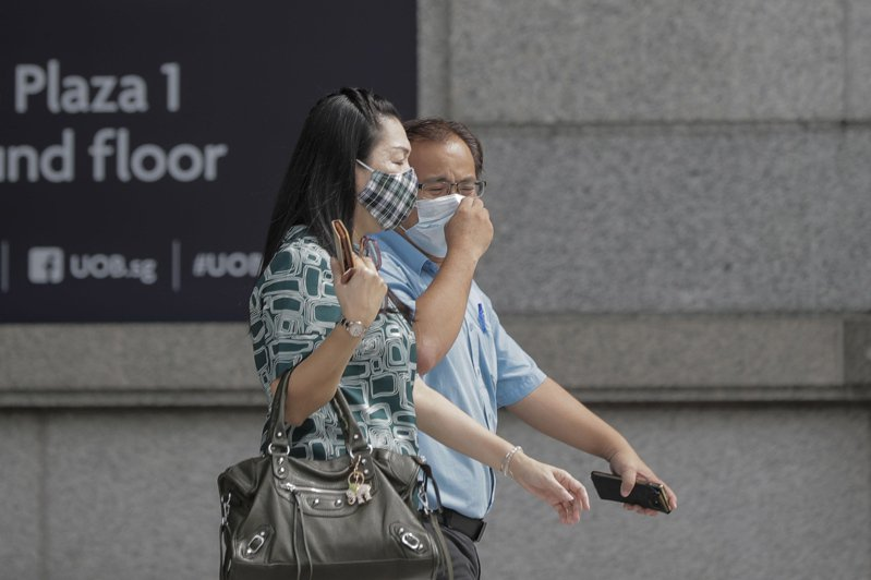 新加坡衛生部今天通報,境內新增570人確診新冠肺炎,絕大多數仍是外籍移工,全國累計確診病例達2萬9364例;病故人數目前維持22人。 歐新社