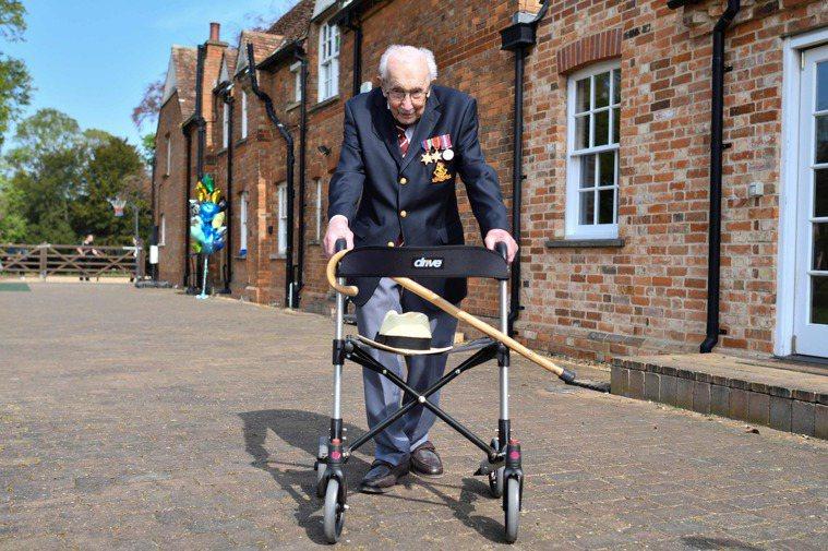 英國一名二戰老兵發下宏願要在100歲生日前繞花園走100圈,替慈善機構募款。他的...
