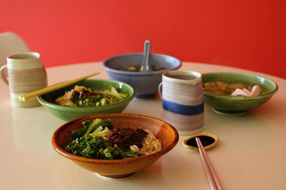 新店的餐具由高雄民藝陶器品牌「樂無事」特別製作,杯子是「土星工作室」的作品。 圖...