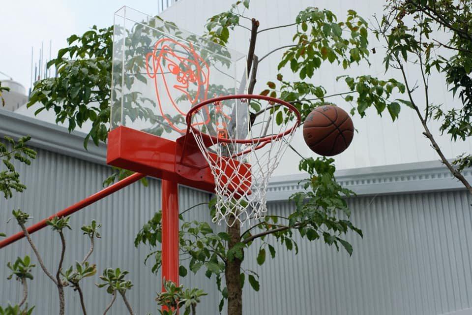 鄭宇勝熱愛籃球,不忘在店門擺放球框。 圖/美菊麵店提供
