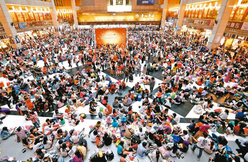 台北車站大廳以往有不少移工聚集,是車站近十年來的另類特色。 聯合報系資料照片