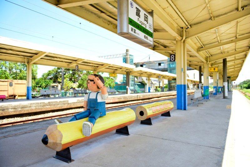 桃園市楊梅區富岡車站月台的「幸福筆記」裝置藝術。 圖/市府觀旅局提供