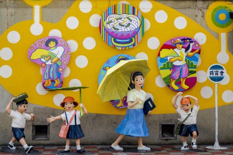 桃園市楊梅區富岡火車站倉庫的「光陰的故事」裝置藝術。 圖/市府觀旅局提供