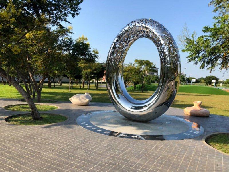 桃園市楊梅區富岡運動公園「健康之環及滿袋而歸」文化藝術。 圖/市府觀旅局提供