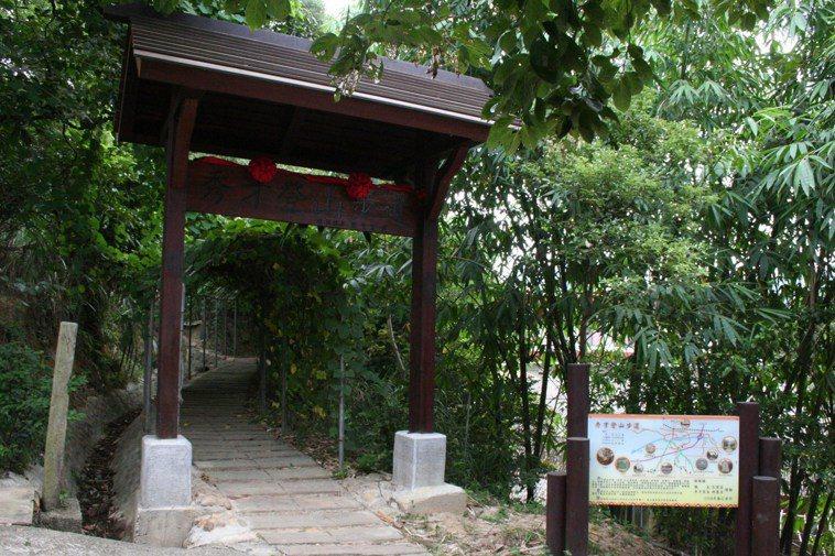 楊梅鎮秀才登山步道採木枕梯道,沿路綠蔭。 圖/楊德宜 攝影